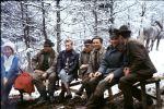 Przy ognisku siedzą od lewej, Pani Zofia Lupowa, Kolega Stępniowski, Pan Janur, Jan Kolańczyk, Józef Bednarz, St. sierżant Banicki i myśliwy nierozpoznany.