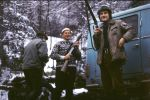 Myśliwi zabezpieczają broń chowając  ją do pokrowców, od prawej stoją Jan Boligłowa-junior, Jan Różycki i plecami odwrócony Bogumił Witkowski.