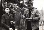 Posilają się od lewej, Jan Bury i Tadeusz Bodziony.