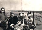 Wyjazd na rykowisko, od prawej Tadeusz Bodziony, Franciszek Kowal i Stanisław Lech /major WP/. Jadących na polowanie żegnają dzieci Tadeusza Bodzionego.