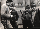 Między pędzeniami, od lewej, Bogumił Witkowski, Władysław Piksa, Jerzy Szwec, Tadeusz Bodziony i Peter Hanuszczak ze strzelonym bażantem.