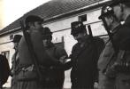 Losowanie stanowisk, losowanie przeprowadza prowadzący w tym dniu polowanie Bogumił Witkowski, od prawej stoją Jan Lupa, Tadeusz Bodziony, losuje Peter Hanuszczak, Jerzy Szwec i Jan Boligłowa.