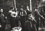 Stoją od lewej, Franciszek Sopata, Józef Ruchała, Stanisław Piksa, Dyr. Krynickiego Zespołu Szkół, Jerzy Szwec, Bogumił Witkowski, Tadeusz Bodziony i Józef Bednarz. Na pierwszym tle Wiesiu Piksa.