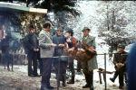 Myśliwych rozmowy - od lewej Jan Chrapkowski, Dr. Józef Reśko, Kazimierz Skotnicki, Wilhelm Gawlik i Stanisław Bogdański. Na ławie siedzi Janusz Wójtowicz.