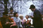 Rozmowną wodę polewa Kolega Zdzisław Soszyński. Na zdjęciu od lewej, Leon Sidorczuk, Artur Bańkowski, Józef Bobak, Pani Bańkowska i Pani Srokowa. Za plecami Soszyńskiego siedzi Pani Aleksandra Ruchałowa.