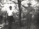 Szczęśliwy strzelec Tadeusz Bodziony z lewej przy strzelonym na polowaniu indywidualnym wilku. Z prawej Prezes Jan Boligłowa podziwia trofeum.