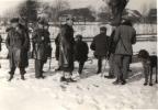 Polowanie na zające w posiadłości hr. Stadnickiego, okolice Nawojowej, przerwa na posiłek, w płaszczu i kapeluszu Jan Boligłowa, rok 1938.