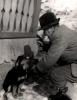 Najważniejsze wyrabianie dyscypliny i posłuszeństwa, pies musiał trzymać plasterek kiełbasy na kufie.