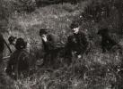 Odpoczynek po pędzeniu, w trawie od prawej siedzą, Jan Królikowski, Bogumił Witkowski i Jan Lupa.