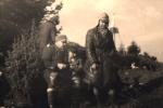 Polowanie pod szczytem Jaworzyny, przerwa na posiłek, po lewej siedzi Dr Kazimierz Kmietowicz, w środku Jacek Hurej, po prawej stoi Jan Boligłowa.