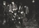 Do zdjęcia pozują, od lewej Jan Boligłowa, Józef Rams, Jan Różycki, Jan Lupa, Jerzy Szwec, Zbigniew Skowroński, myśliwy nierozpoznany i Tadeusz Koczocik. Od lewej klęczą, Józef Ruchała i Bogumił Witkowski.