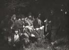 W przerwie polowania, stoją od lewej, Jan Boligłowa, Józef Rams, Jan Różycki, Jan Lupa, Zbigniew Skowroński, myśliwy nierozpoznany i Tadeusz Koczocik. Klęczą od lewej, Józef Ruchała, Marian Kozioł i Bogumił Witkowski.
