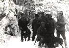 Do zdjęcia pozują, od lewej Bogumił Witkowski, Michał Wrona, Stefan Szyszka, Adam Skotnicki, Jan Bury i Józef Ruchała. Na stołeczku siedzi Jan Boligłowa.