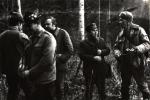 Rozpoczyna się poczęstunek przy Domku Myśliwskim, stoją od lewej,  Jerzy Szwec, Tadeusz Bodziony, Bogumił Witkowski, gajowy Józef Bednarz i  Jan Boligłowa.
