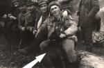 Na pniu od prawej siedzą, Jan Boligłowa, Jerzy Szwec, Tadeusz Bodziony, Franciszek Kowal i Wiktor Czekoński. Strzałką przy nogach Boligłowy zaznaczony posokowiec Wicher.