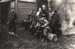 Na zdjęciu od prawej stoją, Józef Bednarz, Józef Ruchała, Antoni Duńczyk, Stanisław Piksa, Józef Mróz, Wiesiu Piksa i Franciszek Sopata. Na pniu siedzą, Jan Boligłowa, Jerzy Szwec, Tadeusz Bodziony, Franciszek Kowal, Wiktor Czekoński i Władysław Piksa.