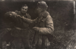 Poczęstunek przy ognisku, z prawej Jan Boligłowa, z lewej Bogumił Witkowski.