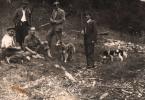 Przerwa w polowaniu, siedzi od lewej Michał Kmietowicz, stoi Aleksander Preisner, siedzi Jan Boligłowa, następnie stoi Franciszek Gosztyła, i Leon Waśniowski, gajowy z Tylicza.