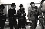 Co się tam ciekawego dzieje, od lewej obserwują Franciszek Kowal, Stefan Szyszka, Józef Ruchała, Edgar Zieliński, Jan Boligłowa, Kazimierz Skotnicki i Bogumił Witkowski.