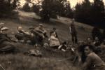 Odpoczynek, siedzą czwarty od lewej w kapeluszu Aleksander Preisner, piąty Jan Boligłowa, stoi z nożem Kazimierz Skotnicki, w prawym dolnym rogu z psem, Antoni Izworski, nad nim Ludwik Dutkiewicz.