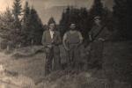 Pozują do zdjęcia, od prawej Jan Boligłowa, Michał Kmietowicz, myśliwy nierozpoznany.