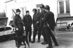 Przed rozpoczęciem polowania rozmawiają, od lewej Jan Lupa, Borys Hanuszczak, myśliwy nierozpoznany, Peter Hanuszczak i Henryk Fiołek.