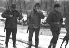 W drodze na stanowiska, od lewej Stefan Szyszka, Józef Ruchała i Bogumił Witkowski.