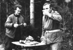 Poczęstunek po polowaniu, z prawej Bogumił Witkowski, z lewej etatowy naganiacz Józef Mróz.