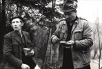 Przerwa w polowaniu, śniadanie, pierwszy z lewej Jan Bury
