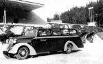 Jan Boligłowa parkuje swój autobus wycieczkowy przed Wiktorem w Żegiestowie, lata 30 - te.
