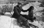 Jan Boligłowa ze strzelonym z ambony wilkiem.
