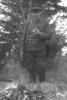 Porucznik Mikołaj Kogut przy ognisku, przerwa w polowaniu rok 1960.