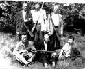 Przed polowaniem, stoi pierwszy z prawej Piotr Izworski.