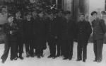 Gajowy Józef Sroka, czwarty z prawej wśród pracowników Nadleśnictwa.